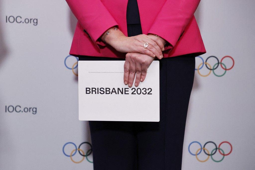 La Première ministre du Queensland, Annastacia Palaszczuk, détient la carte de file d'attente après que Brisbane a été annoncée comme ville hôte des Jeux olympiques d'été de 2032 lors de la 138e Session du CIO.