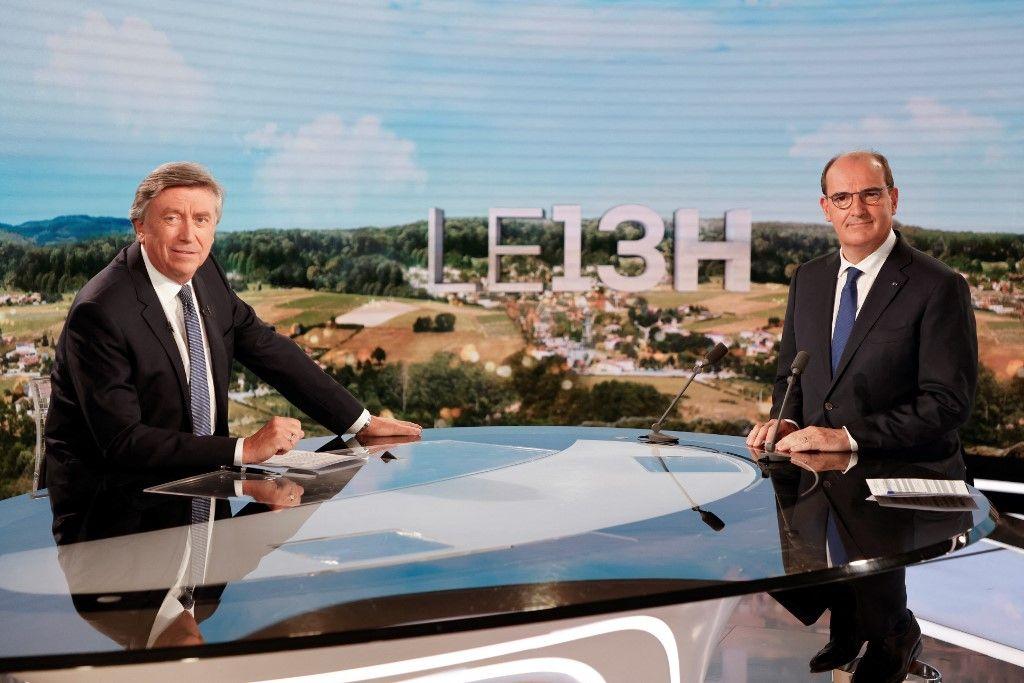 Le Premier ministre, Jean Castex, pose avec le journaliste Jacques Legros avant le journal télévisé de 13h de TF1 à Paris, le 21 juillet 2021.