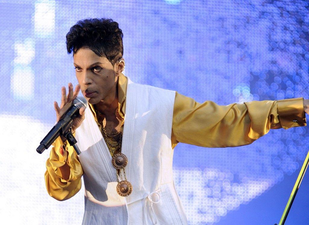 Dans cette photo d'archive prise le 30 juin 2011, le chanteur et musicien américain Prince se produit sur la scène du Stade de France à Saint-Denis.