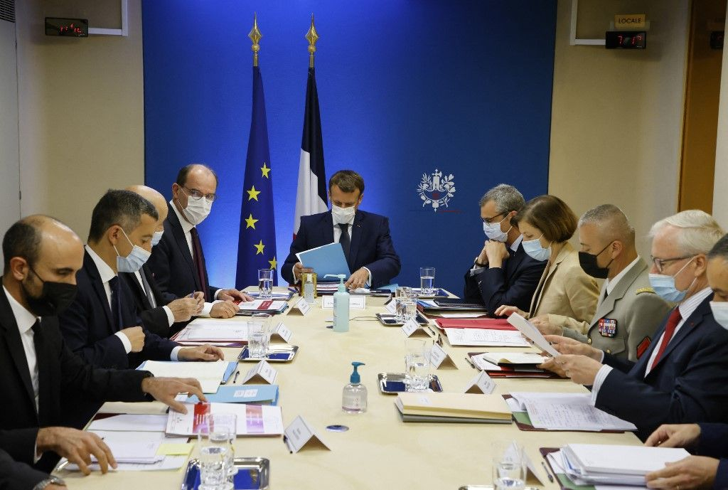 Le président français Emmanuel Macron, Jean Castex, Jean-Yves Le Drian, Gérald Darmanin, Florence Parly entame une réunion de sécurité pour discuter du logiciel espion Pegasus.