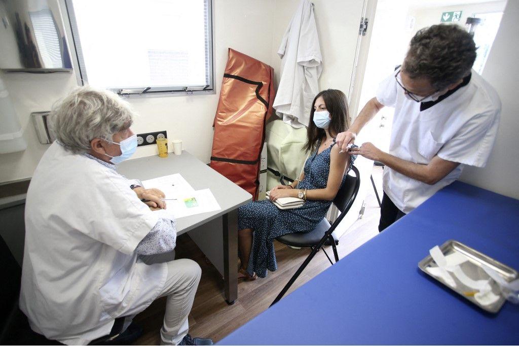 Une femme reçoit une dose de vaccin Pfizer contre la Covid-19 dans un Vaccibus dans le nord de la Corse, le 22 juillet 2021.