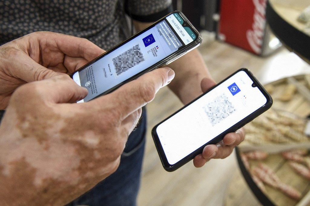 Une personne utilise une application de vérification du pass sanitaire sur un smartphone dans l'est de la France, le 22 juillet 2021.