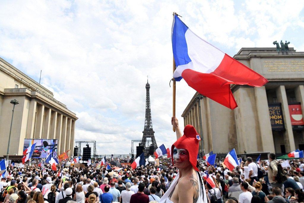 Des manifestants anti pass sanitaire se sont rassemblés ce samedi au Trocadéro, à Paris.