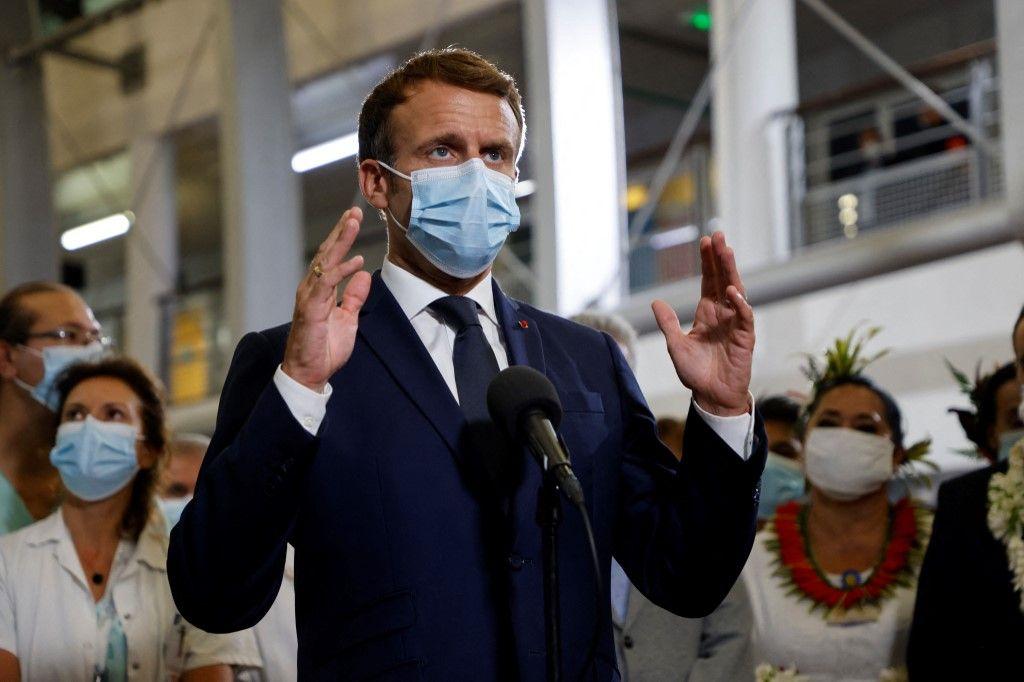 Le président Emmanuel Macron s'entretient avec des médecins et des infirmières travaillant au Centre hospitalier de Polynésie française à Papeete, le 24 juillet 2021.