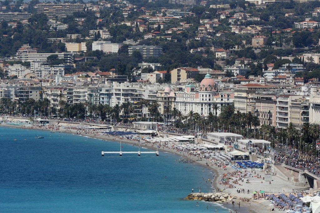 Cette photo d'archive prise le 17 juillet 2016, montre une vue générale de la plage et de la Promenade des Anglais dans la ville de Nice, sur la Côte d'Azur.