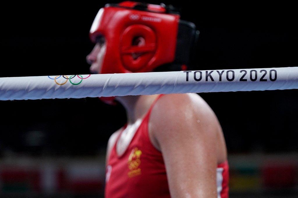 Le logo de Tokyo 2020 est représenté alors que l'Australienne Caitlin Parker et la Panaméenne Atheyna Bylon se battent lors de leur match de boxe lors des Jeux Olympiques à Tokyo, le 28 juillet 2021.