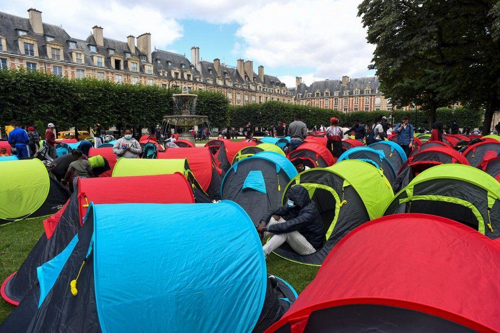 Des sans-abri ont dressé et installé des tentes lors d'une manifestation appelée par l'association Utopia pour demander des logements pour les migrants et les sans-abri, sur la place des Vosges à Paris, le 29 juillet 2021.
