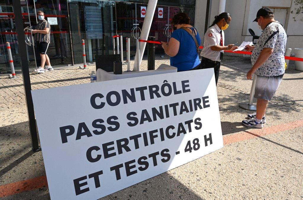 Un contrôle de passe sanitaire dans un cinéma de Montpellier, le 29 juillet.