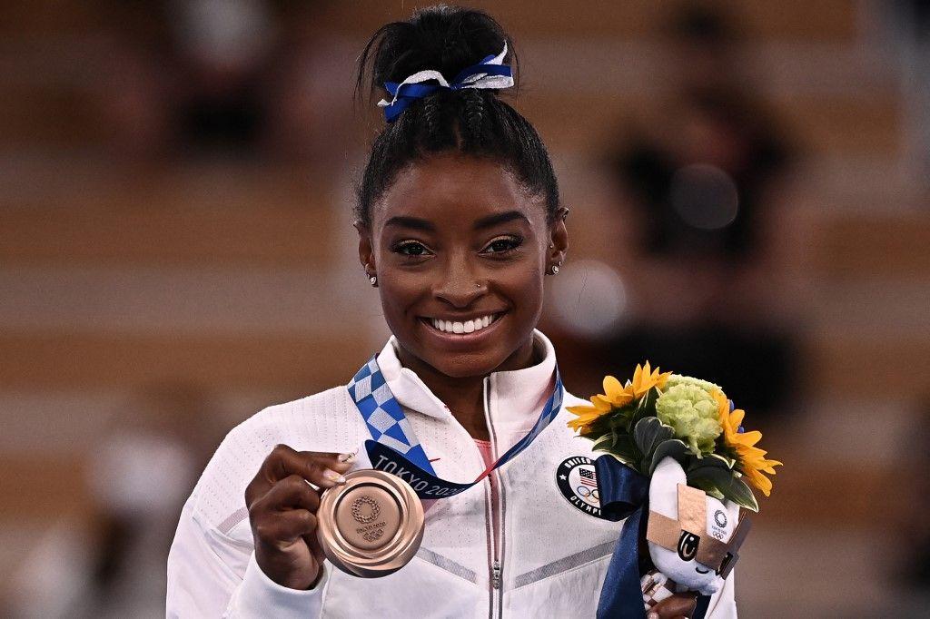 L'Américaine Simone Biles pose avec sa médaille de bronze lors de la cérémonie du podium pour l'épreuve de la poutre d'équilibre féminine de gymnastique artistique aux JO de Tokyo 2020, le 3 août 2021.