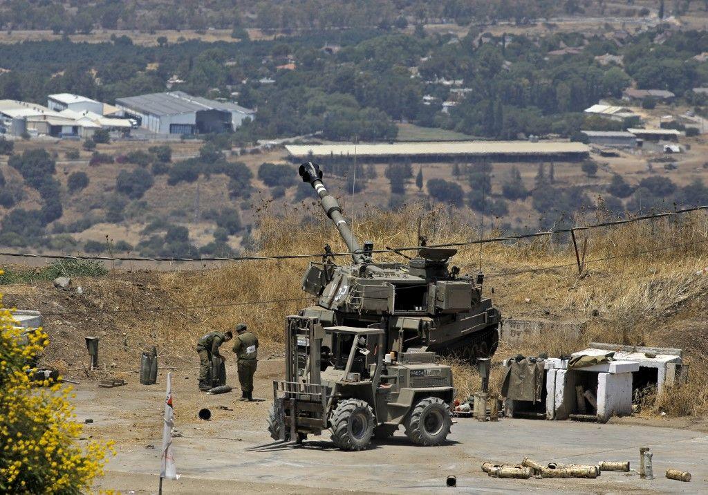 Des obusiers israéliens prennent position dans la ville de Kiryat Shmona, au nord du pays, suite à des tirs de roquettes en provenance du Liban, le 4 août 2021.
