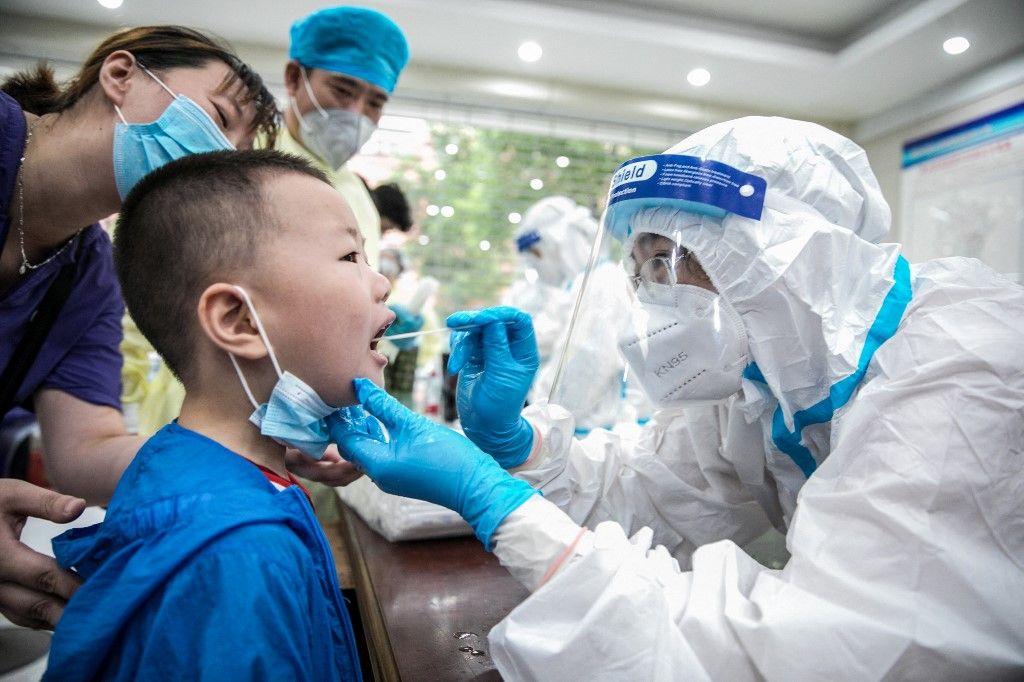 Un enfant se fait tester contre le Covid-19.