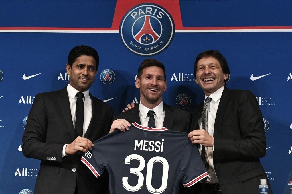 Nasser Al-Khelaifi, Leonardo et Lionel Messi à l'issue d'une conférence de presse, le 11 août 2021, au Parc des Princes.