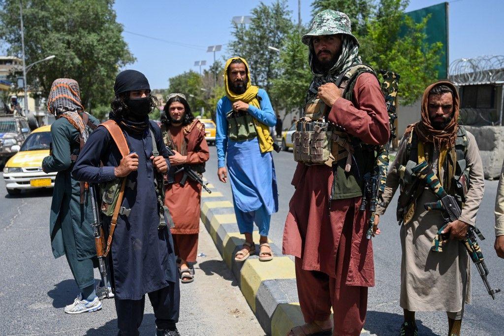 Des combattants talibans montent la garde le long d'une rue près de la place Zanbaq à Kaboul, le 16 août 2021.