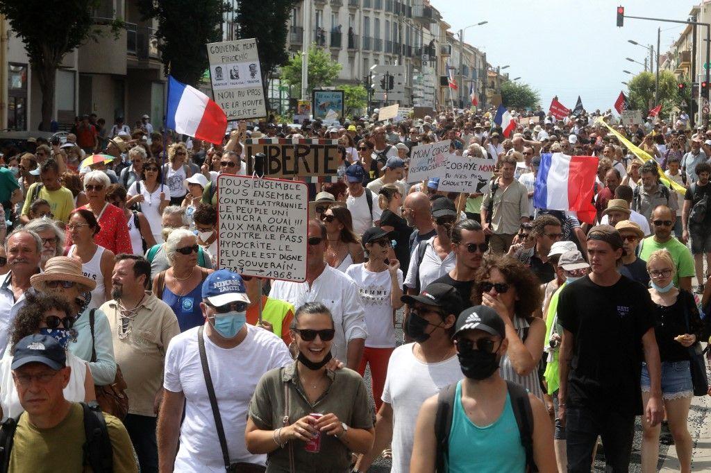 Des manifestants anti passe sanitaire, le 21 août 2021 à Perpignan.