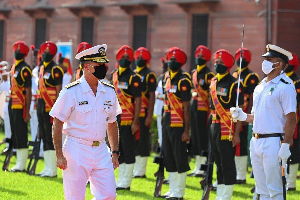 Le commandant du Commandement indo-pacifique des États-Unis, John Christopher Aquilino, inspecte la garde d'honneur avant une réunion à New Delhi, le 25 août 2021.