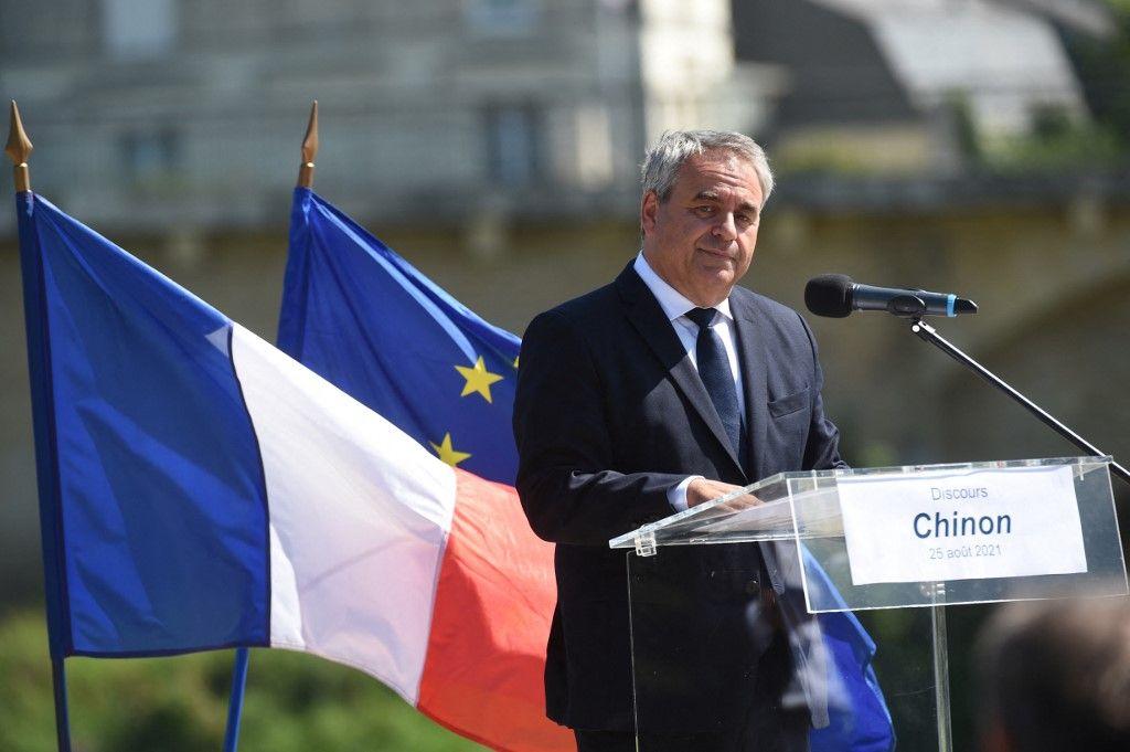 Le président de la région des Hauts-de-France et candidat à l'élection présidentielle française de 2022, Xavier Bertrand, prononce un discours lors d'un meeting de campagne à Chinon, le 25 août 2021.