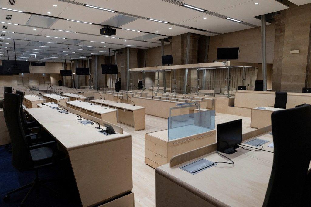 Une vue de la salle d'audience au Palais de Justice de Paris, avant le procès des attentats du 13 novembre 2015, qui doit débuter le 8 septembre 2021.