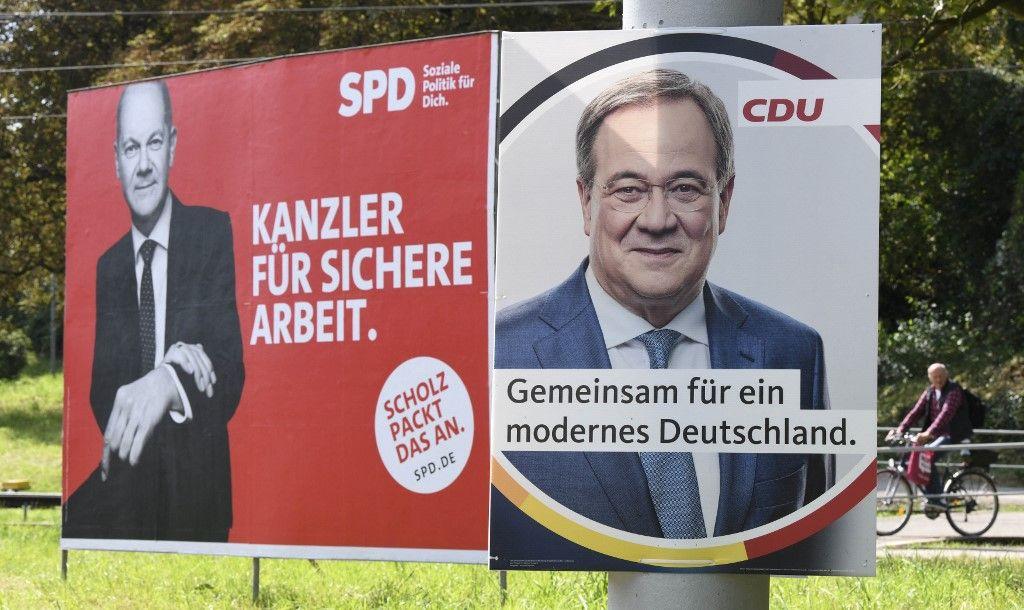 Des affiches de campagne avec le candidat du SPD Olaf Scholz et Armin Laschet, candidat de la CDU sont représentés à Stuttgart, dans le sud de l'Allemagne, le 1er septembre 2021, avant les élections législatives.