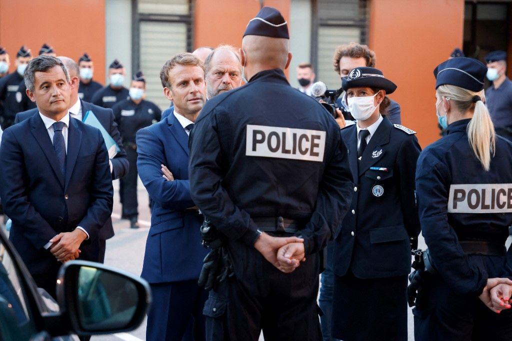 Emmanuel Macron, Gérald Darmanin et Eric Dupond-Moretti rencontrent des policiers lors d'une visite à Marseille, le 1er septembre 2021. Emmanuel Macron veut « un contrôle indépendant » de l'action des policiers.