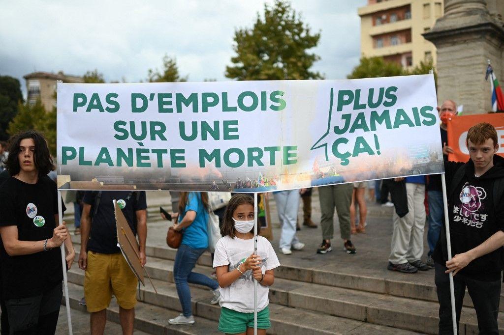 Des manifestants demandent des actions pour lutter contre le changement climatique en marge du congrès de l'Union internationale pour la conservation de la nature à Marseille, le 3 septembre 2021