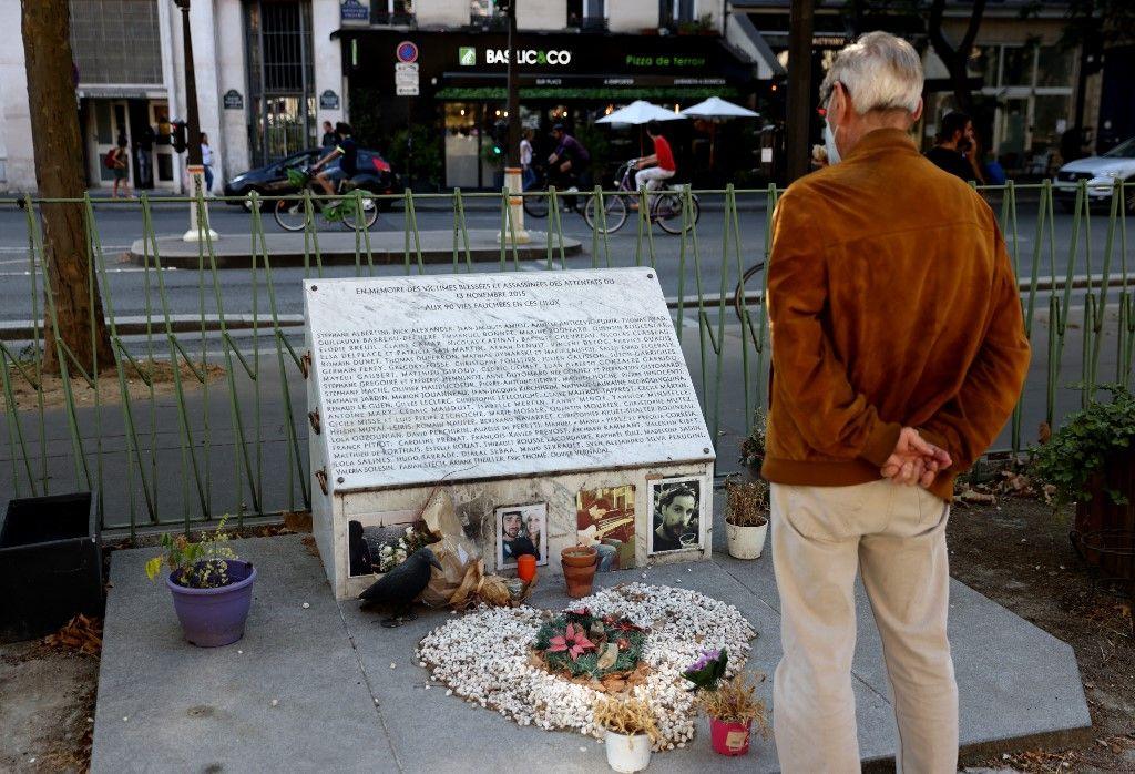 Un homme devant le mémorial aux victimes du 13 novembre 2015.