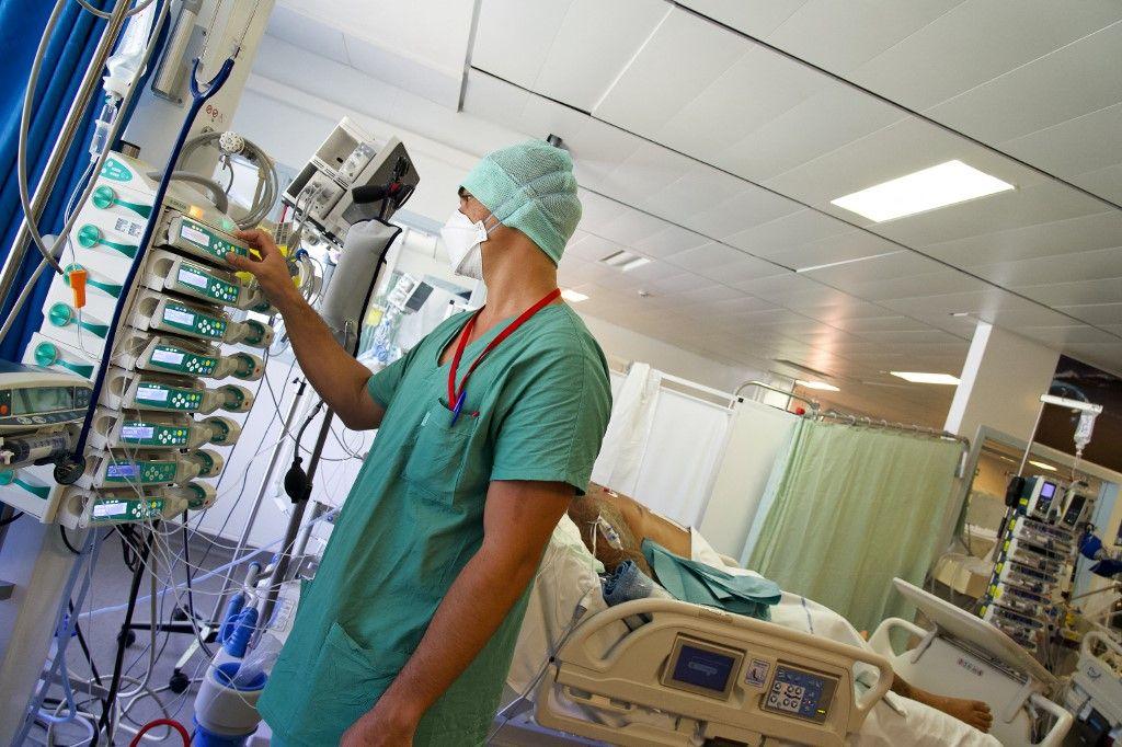 Un soignant au centre hospitalier de Polynésie française.