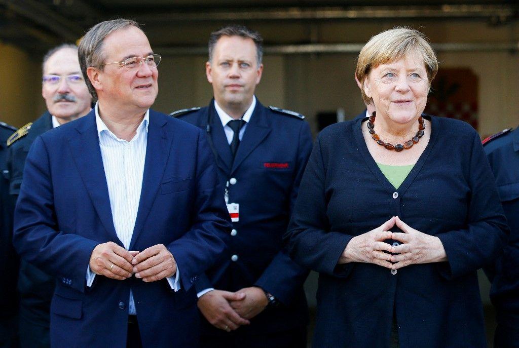 Angela Merkel et le candidat conservateur de la CDU, Armin Laschet, à Schalksmuehle, le 5 septembre 2021, lors d'une tournée dans la région touchée par les inondations.