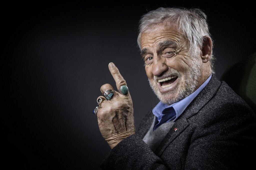 Jean-Paul Belmondo pose lors d'une séance photo à Boulogne-Billancourt, en banlieue parisienne, le 5 décembre 2016. Un hommage national aux Invalides lui sera rendu le 9 septembre 2021.