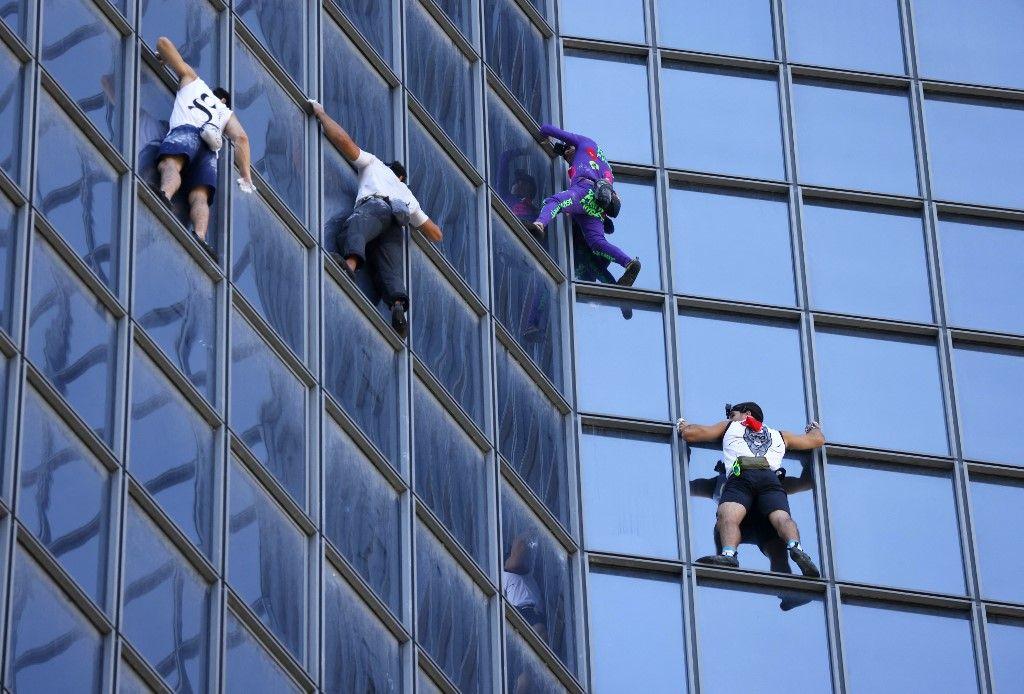 Alain Robert, populairement connu sous le nom de Spider-Man, escalade la tour Total à La Défense près de Paris, le 7 septembre 2021.