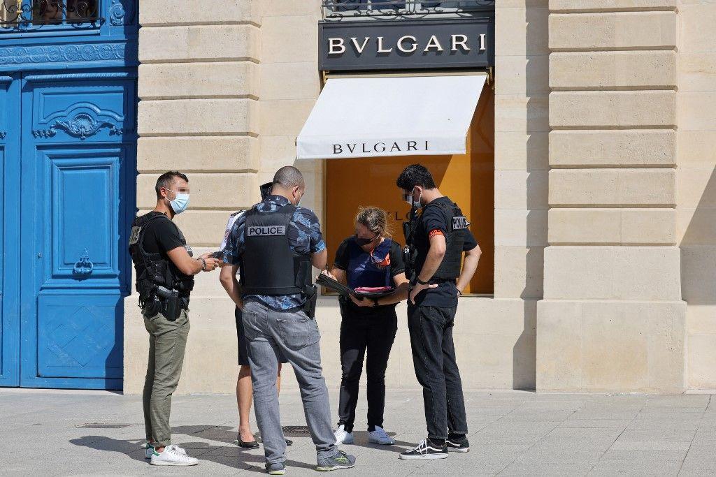 Des agents de police nationale forment un cordon de sécurité sur la place Vendôme à Paris, le 7 septembre 2021, après le cambriolage présumé d'un magasin de la marque Bulgari.