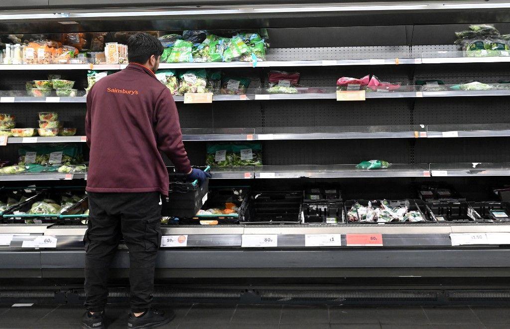Un travailleur réapprovisionne des étagères vides dans un supermarché à Londres le 7 septembre 2021. Des pénuries affectant les entreprises britanniques sont observées à travers le pays.