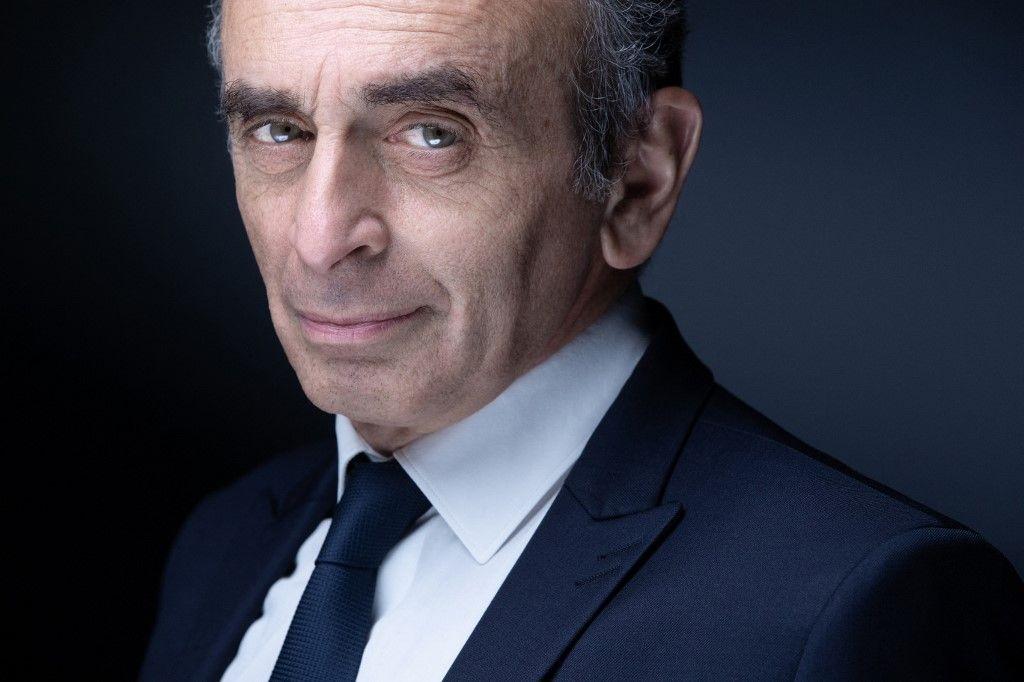 Eric Zemmour pose lors d'une séance photo à Paris, le 22 avril 2021.