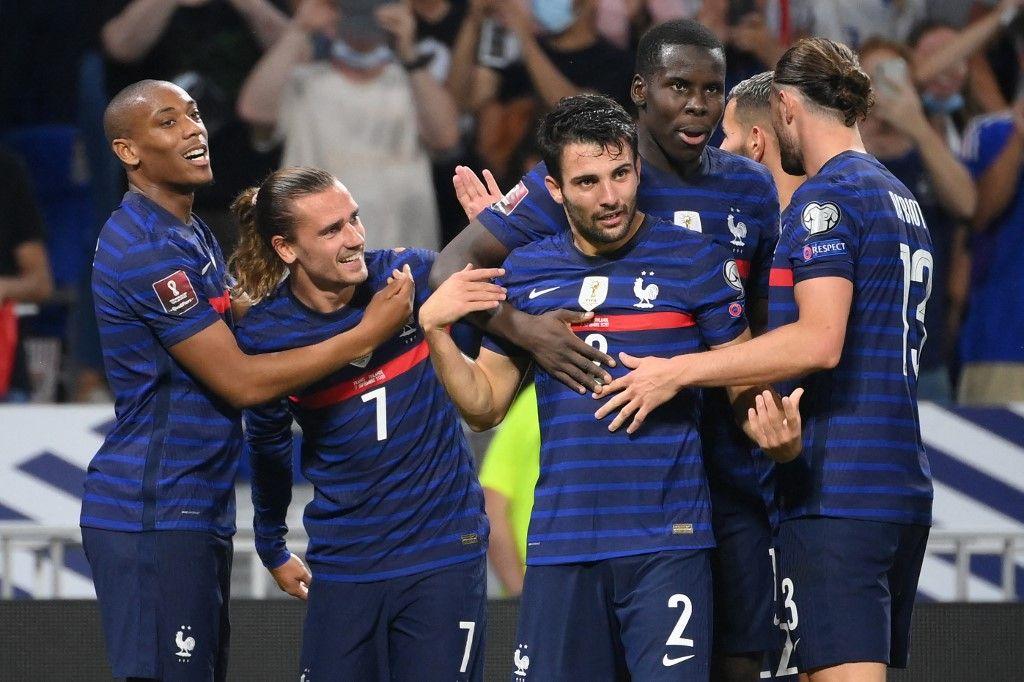 Antoine Griezmann est félicité par Anthony Martial et Léo Dubois après avoir marqué le deuxième but des Bleus lors du match de qualification du groupe D pour la Coupe du Monde au Qatar.