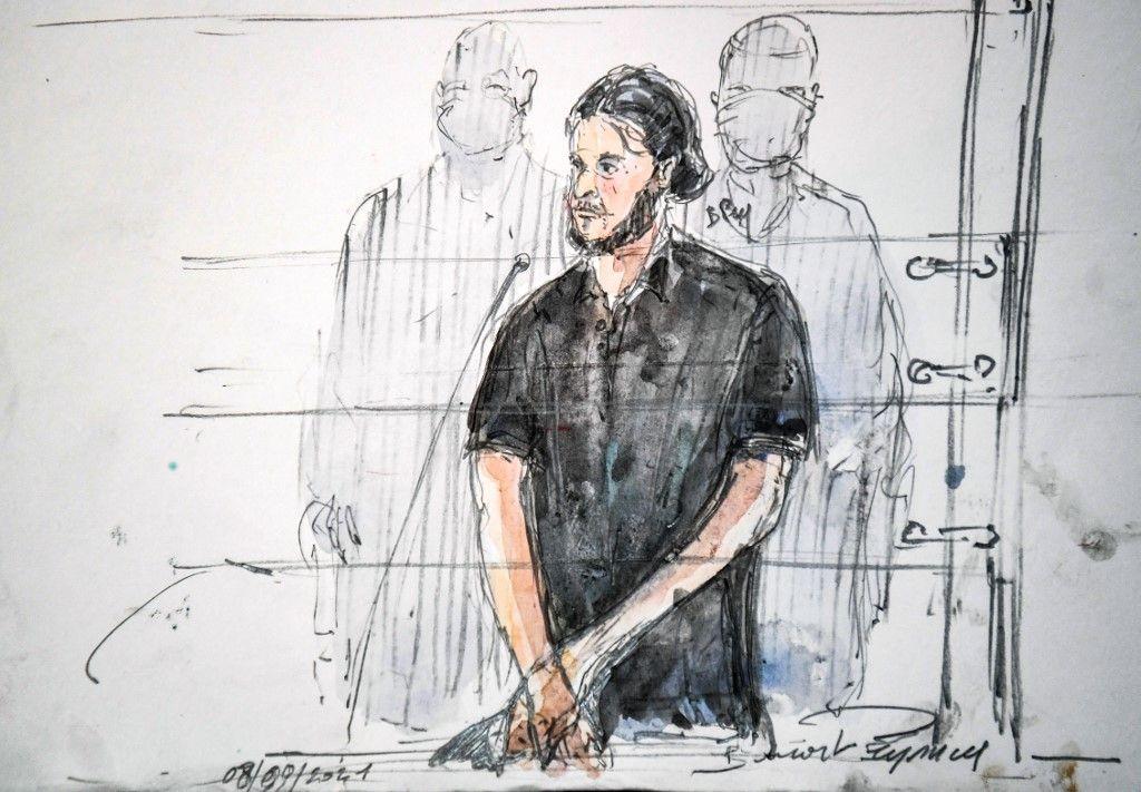 Un croquis d'audience réalisé le 8 septembre 2021 montre Salah Abdeslam, le principal suspect des attentats de Paris du 13 novembre 2015, lors du premier jour du procès des attentats de 2015.