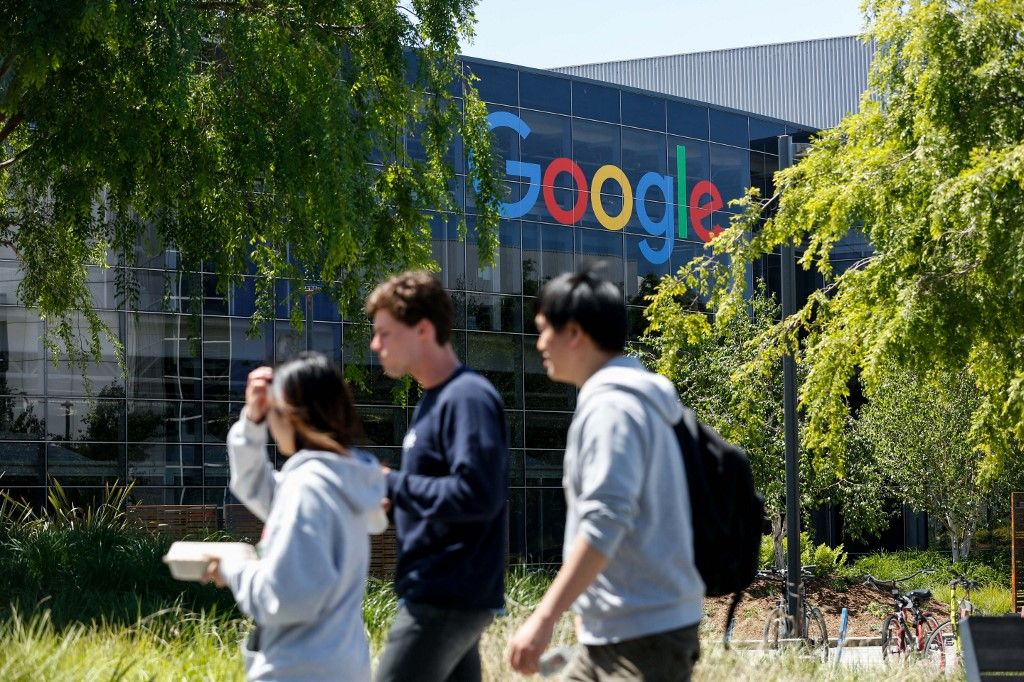Des salariés sur le campus de Google, à Mountain View (Californie).