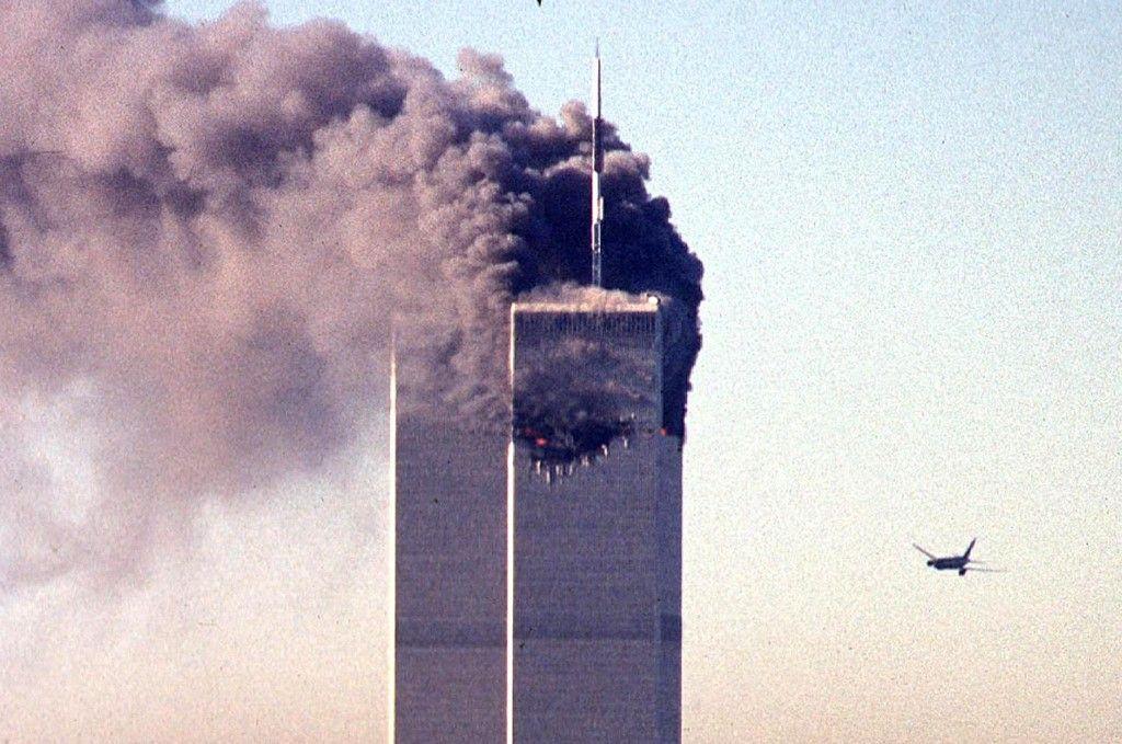 Un avion commercial détourné s'approche des tours jumelles du World Trade Center peu de temps avant de s'écraser sur le gratte-ciel emblématique de New York, le 11 septembre 2001.