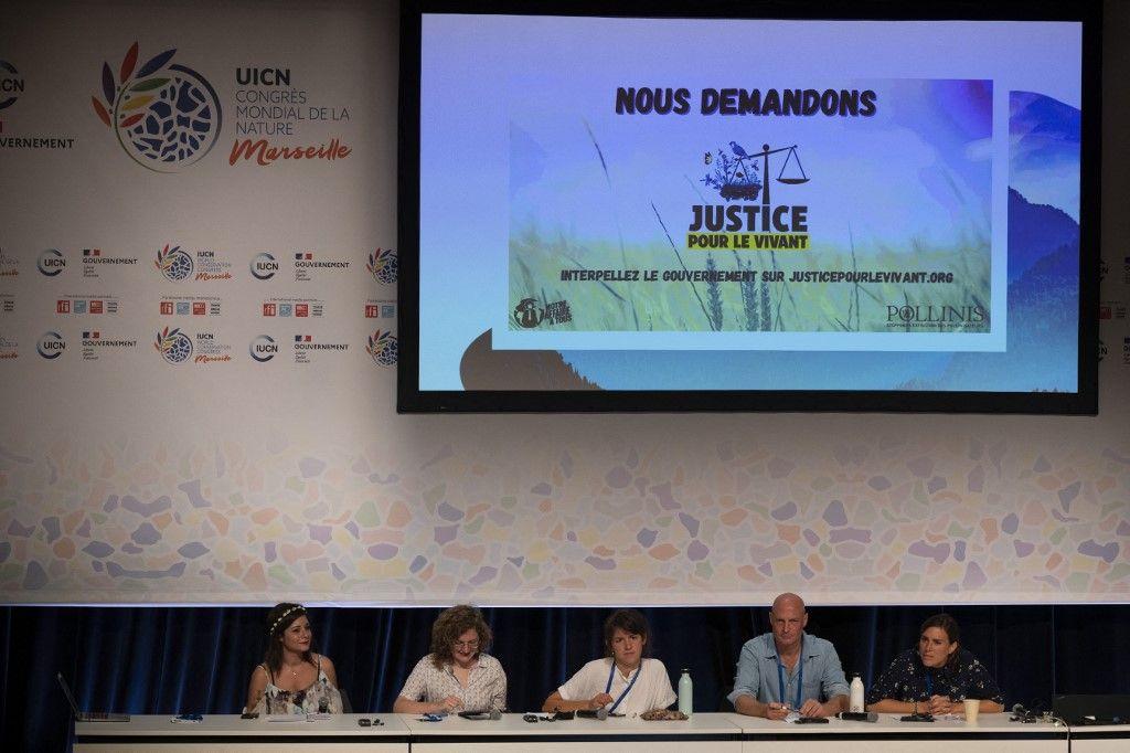 """Des membres des ONG """"Notre affaire à tous"""" et Pollinis prennent la parole lors d'une conférence de presse à l'UICN à Marseille, le 9 septembre 2021."""