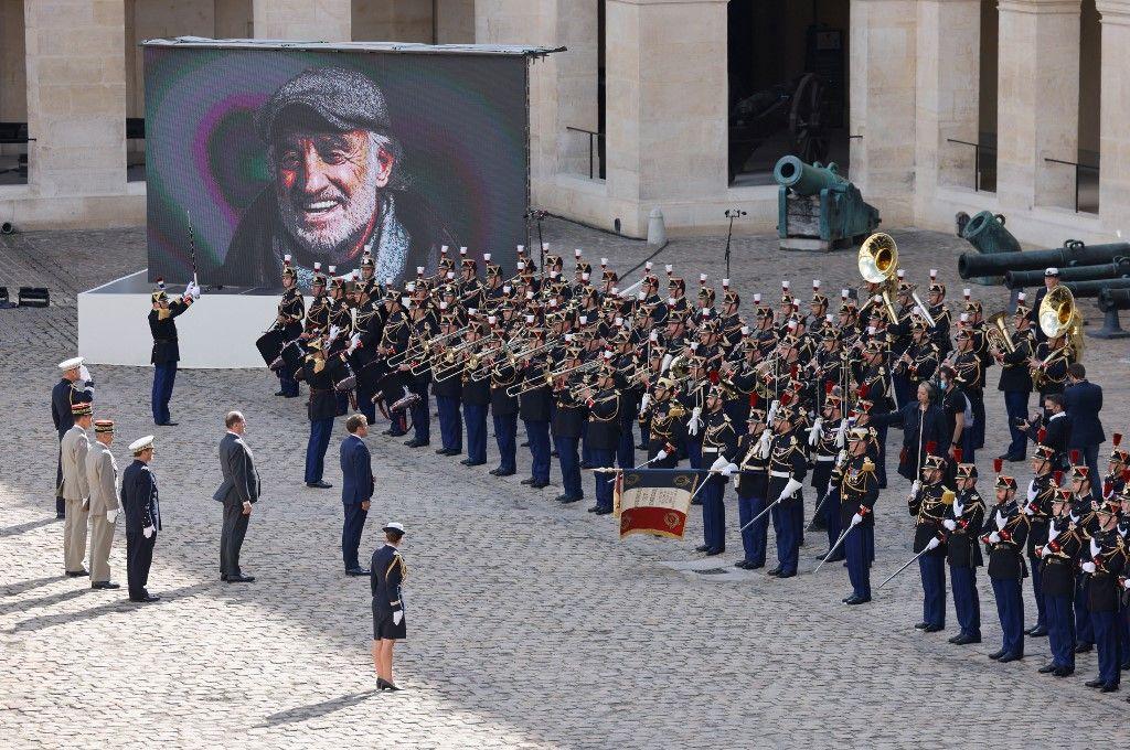 Emmanuel Macron se tient lors de l'hommage national à Jean-Paul Belmondo dans la cour des Invalide à Paris, le 9 septembre 2021