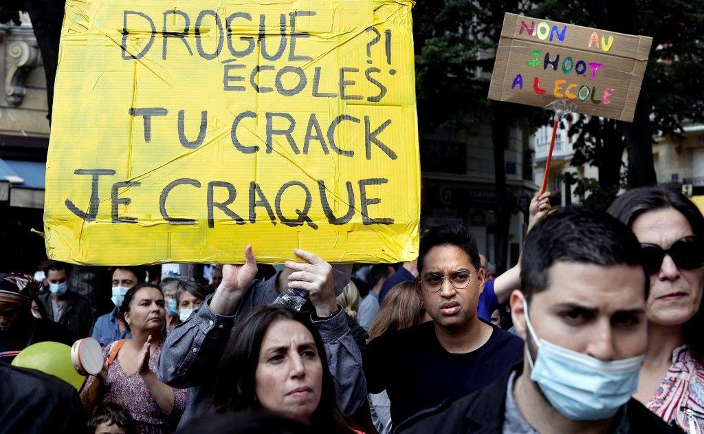 Des manifestants lors d'un rassemblement devant la mairie du 20e arrondissement de Paris le 11 septembre 2021, pour protester contre un futur centre d'accueil pour les usagers de crack.