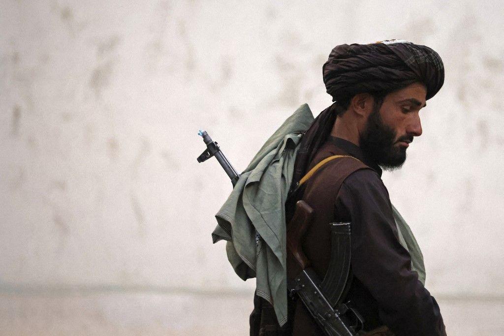 Un combattant taliban patrouille le long de l'aéroport de Kaboul, le 11 septembre 2021.