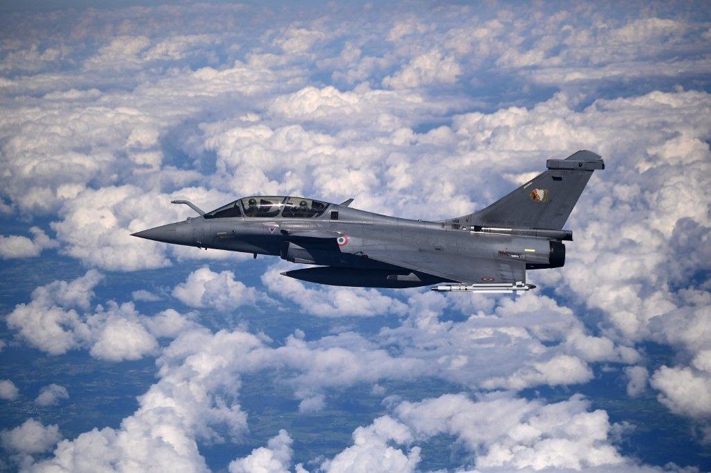 Un avion de chasse français Rafale vole dans les airs le 11 septembre 2021.