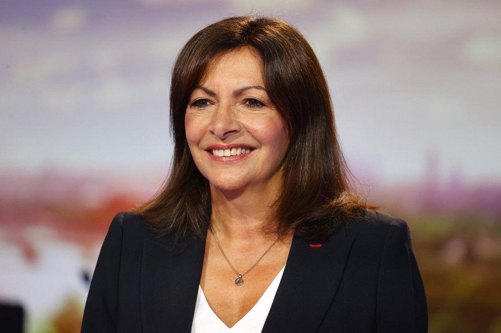 La maire de Paris, Anne Hidalgo, pose avant de participer au journal télévisé de France 2, après avoir annoncé sa candidature à l'élection présidentielle française de 2022, le 12 septembre 2021.