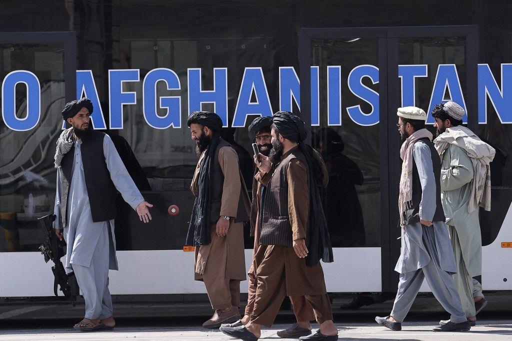 Des membres des talibans à l'aéroport de Kaboul, le 13 septembre 2021.