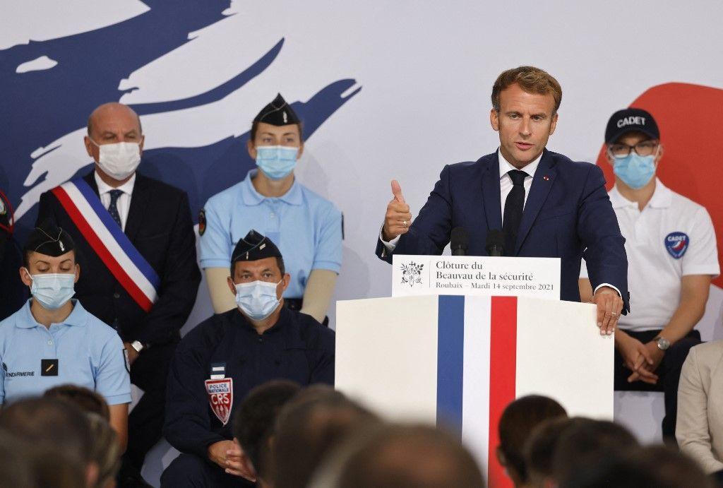 Le président Emmanuel Macron prononce un discours lors de sa visite à l'école de police de Roubaix, le 14 septembre 2021, dans le cadre de la fin du Beauvau de la Sécurité.