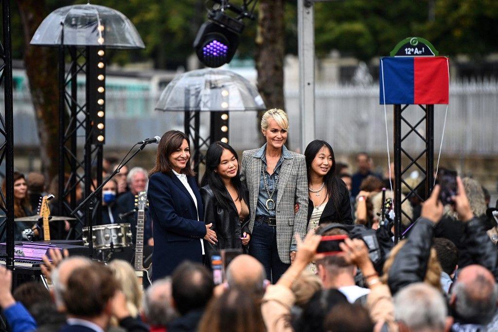 Laeticia Hallyday, Joy et Jade, en compagnie de la maire de Paris, Anne Hidalgo, lors de l'inauguration de l'esplanade Johnny Hallyday à Paris, le 14 septembre 2021.