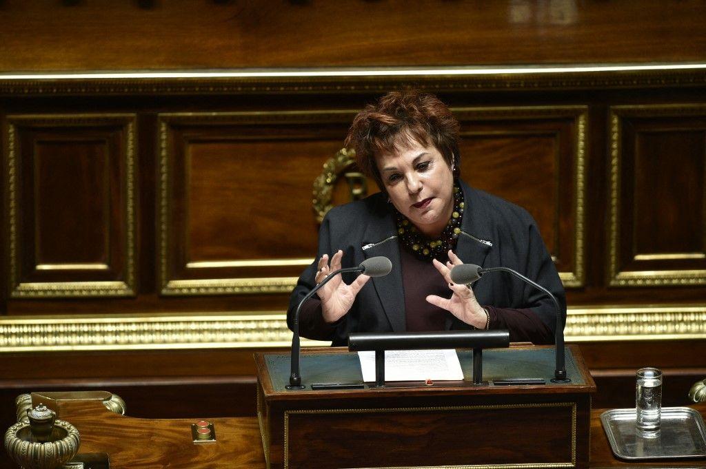 La sénatrice française Esther Benbassa prend la parole lors d'un débat avant un vote au Sénat à Paris, le 22 mars 2016.