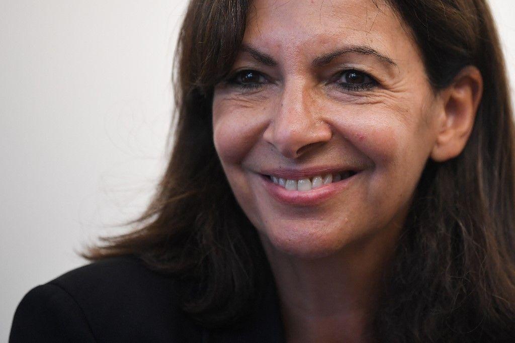 """La maire de Paris et candidate du Parti socialiste aux élections présidentielles de 2022, Anne Hidalgo lors du lancement de son livre """"Une femme française"""", le 15 septembre 2021."""