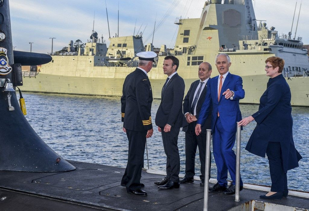 Le président Emmanuel Macron et le Premier ministre australien Malcolm Turnbull debout sur le pont du HMAS Waller, un sous-marin exploité par le Royal Marine australienne, à Garden Island à Sydney.