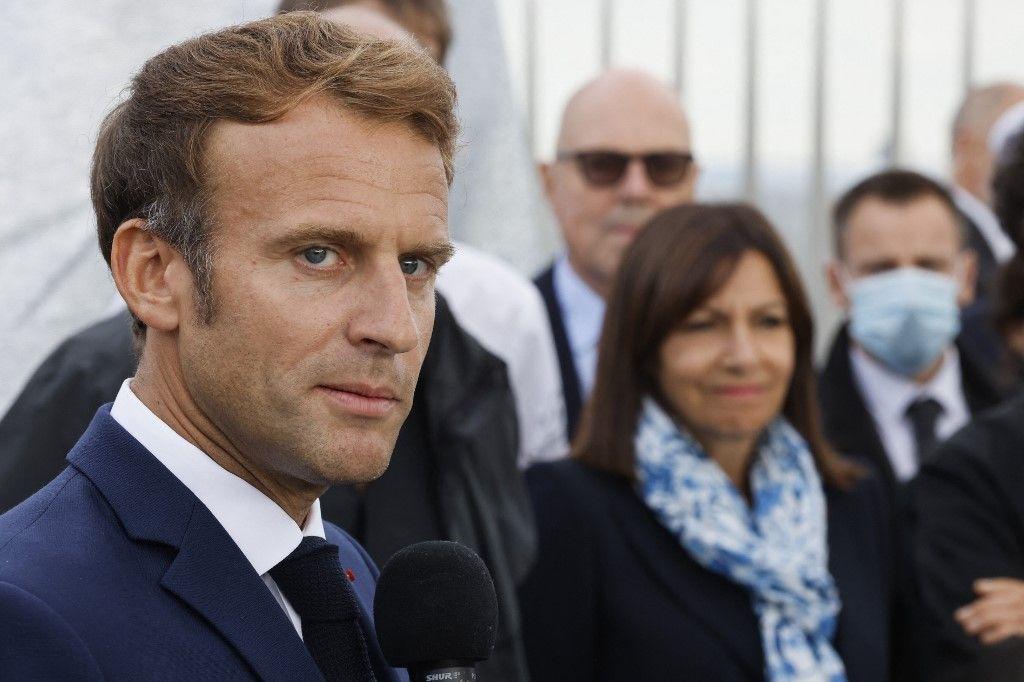 Emmanuel Macron s'exprime auprès d'Anne Hidalgo lors de l'inauguration de l'Arc de Triomphe à Paris enveloppé dans un tissu bleu argenté conçu par l'artiste Christo, à Paris, le 16 septembre 2021.