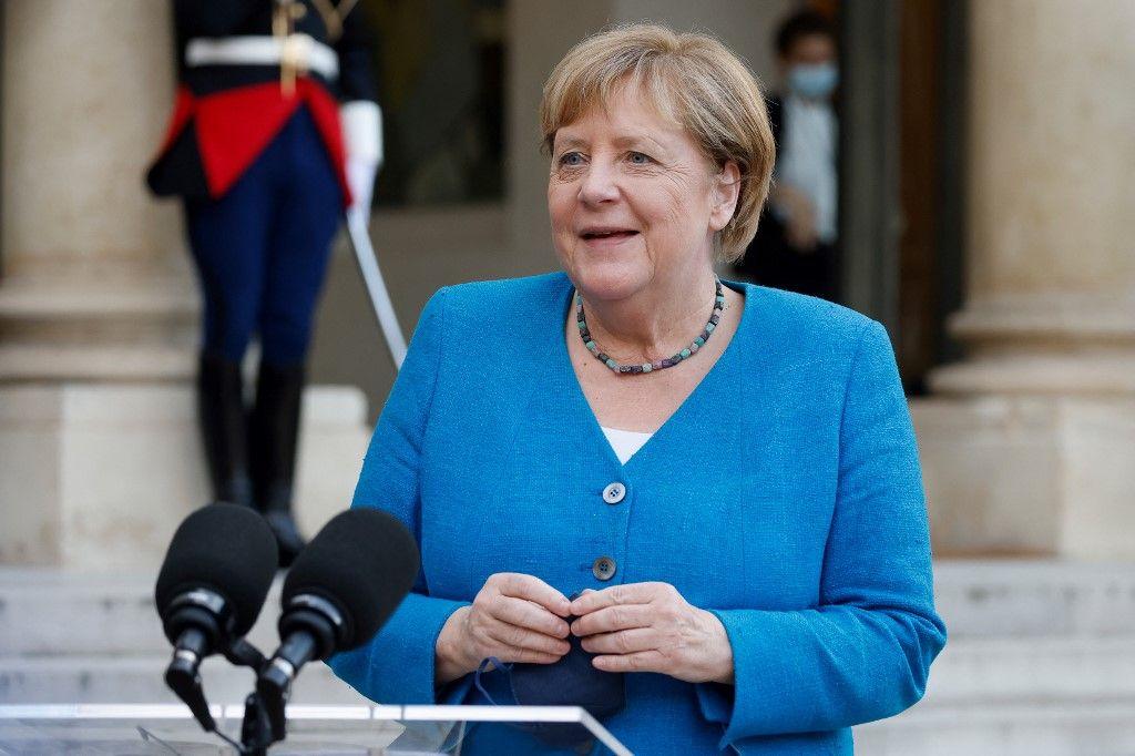 La chancelière allemande Angela Merkel s'adresse à la presse alors qu'elle arrive pour une réunion et un dîner de travail avec Emmanuel Macron à l'Elysée, le 16 septembre 2021.